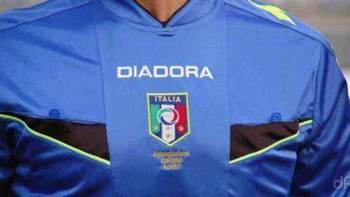Arbitro in maglia azzurra vista frontale