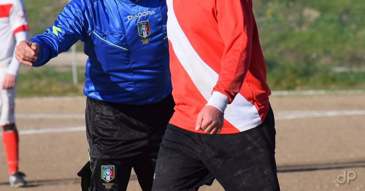 Arbitro in maglia azzurra in azione
