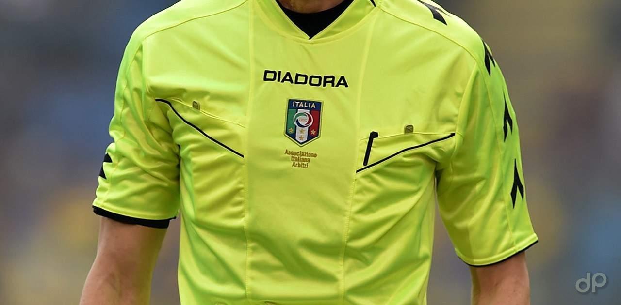Arbitro in maglia gialla
