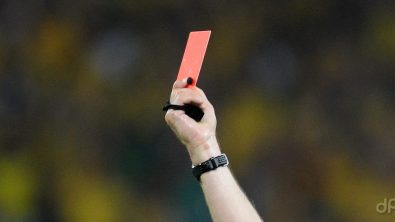 Arbitro alza cartellino rosso