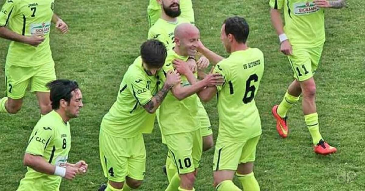 Pietro Zotti del Bitonto abbracciato dai compagni di squadra dopo un gol
