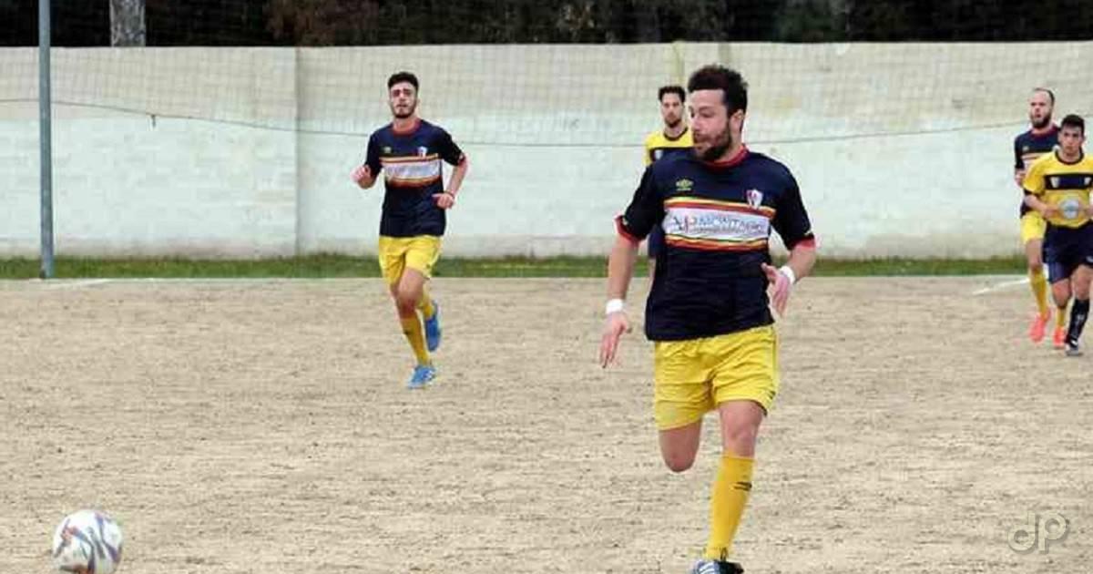 Gianluca Migali con la maglia dell'Aradeo