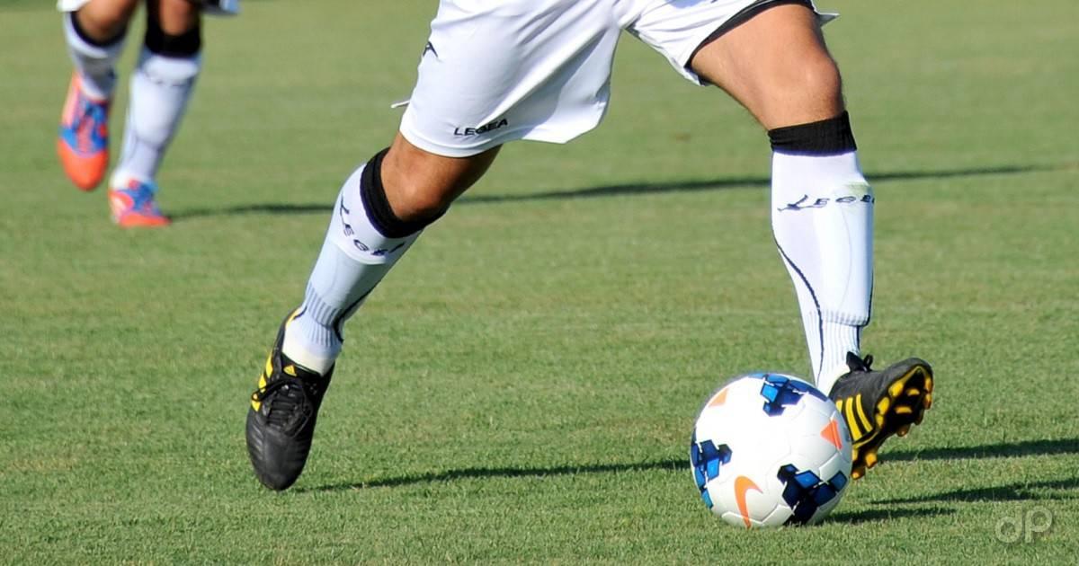 Giocatore tira un pallone