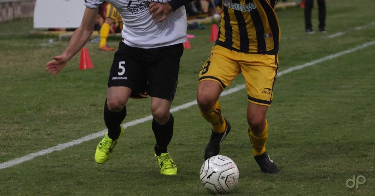 Giocatori in azione maglia bianca e gialla