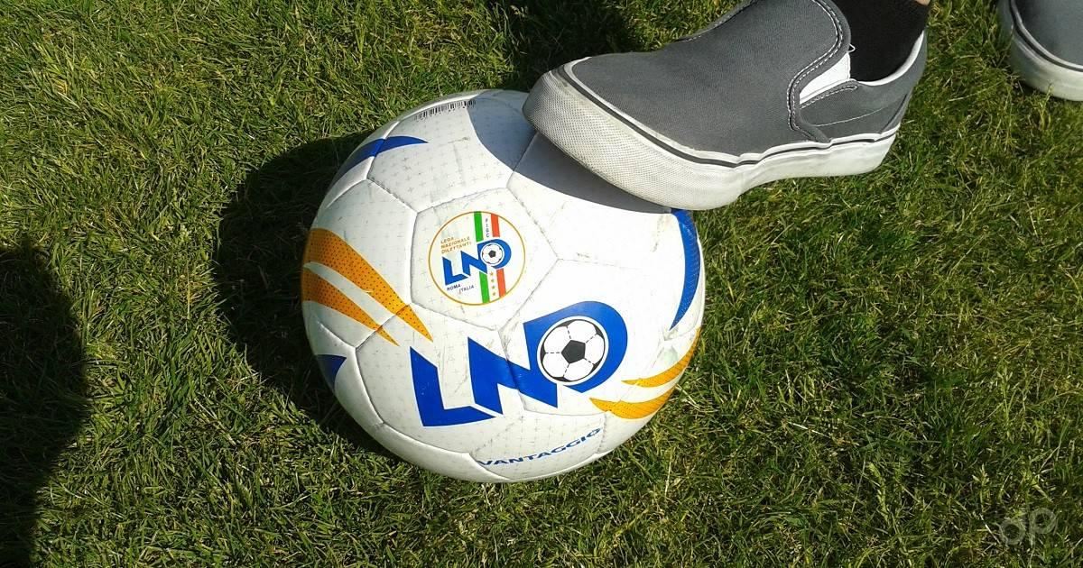 Pallone calcio dilettanti stoppato su erba