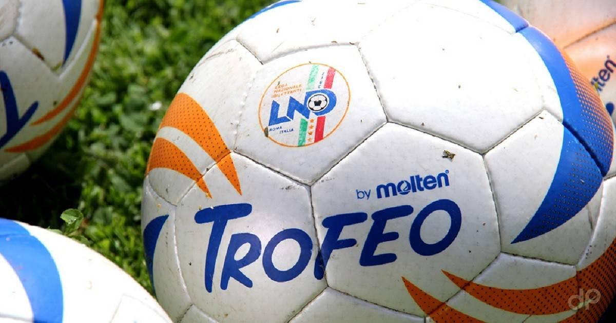 Primo piano pallone calcio dilettantistico