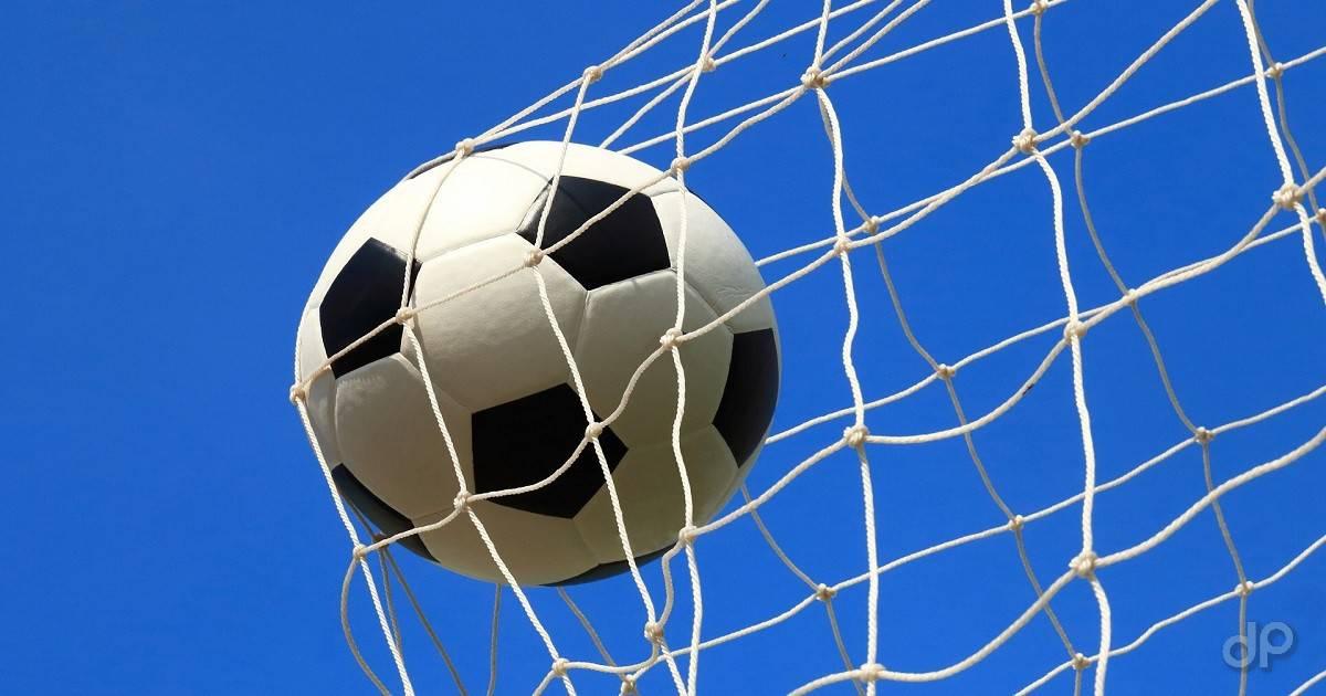 Pallone in rete su sfondo cielo azzurro