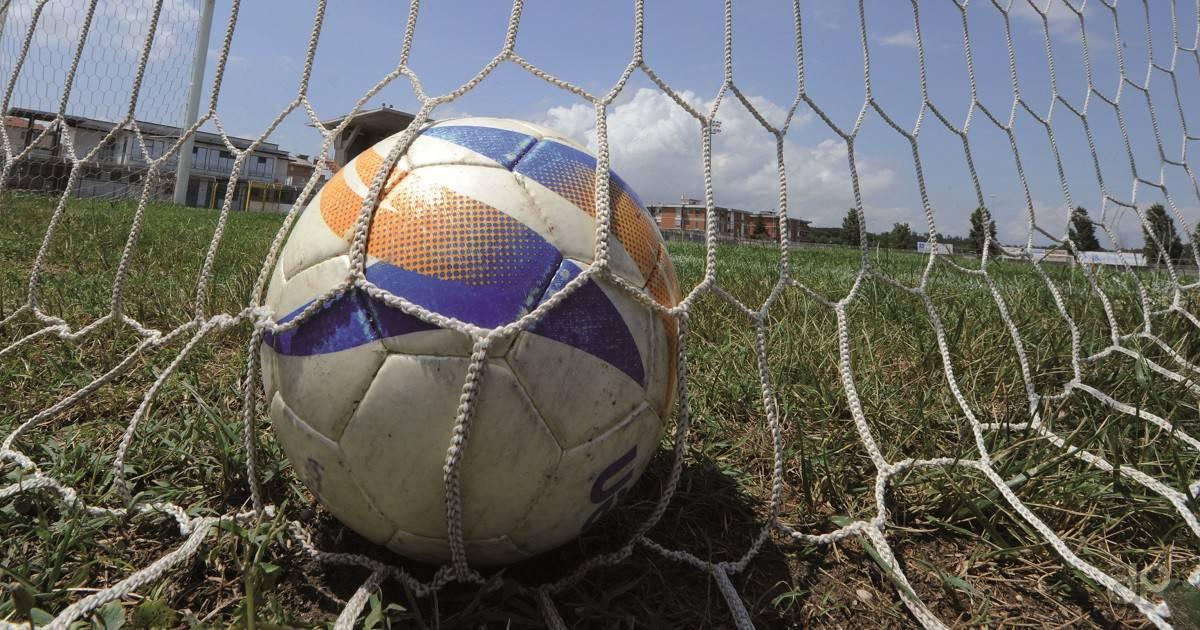 Pallone in rete su erba stadio