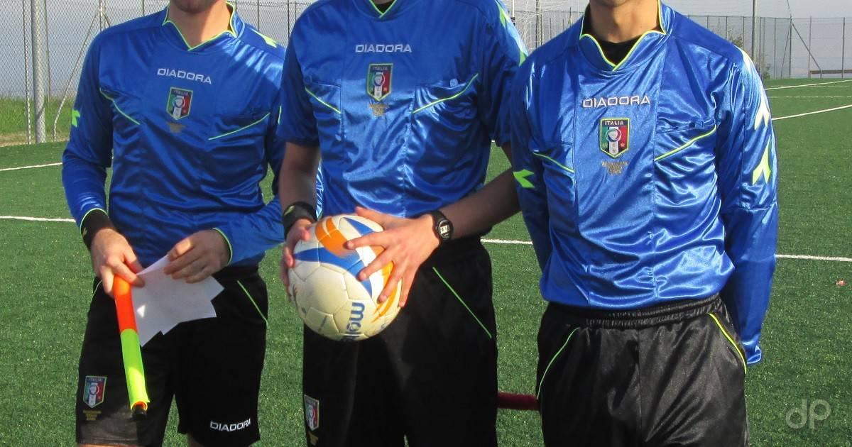 Terna arbitrale in maglia azzurra