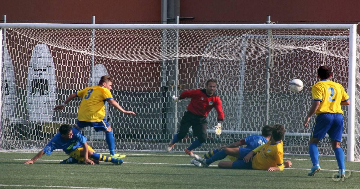 Tiro in porta calcio dilettantistico maglia gialloblù