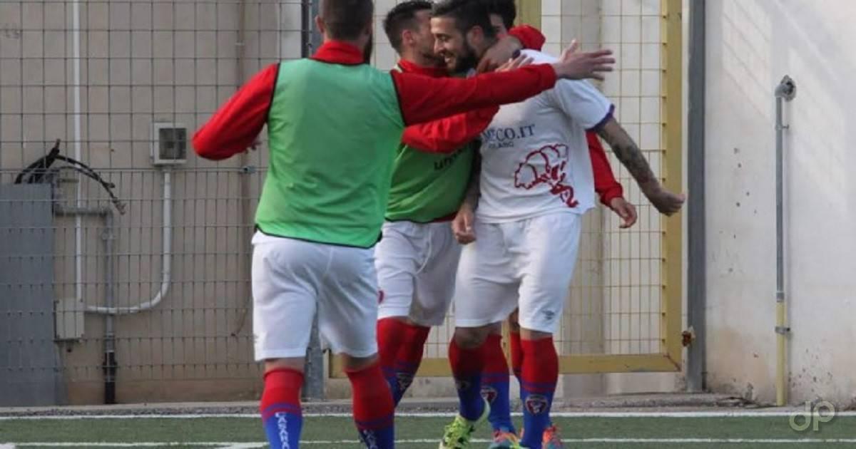 Esultanza Casarano dopo il gol di Caputo