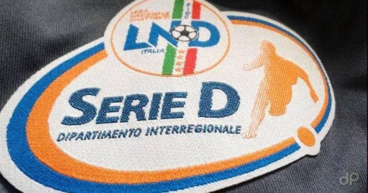 Logo Serie D su sfondo nero di stoffa