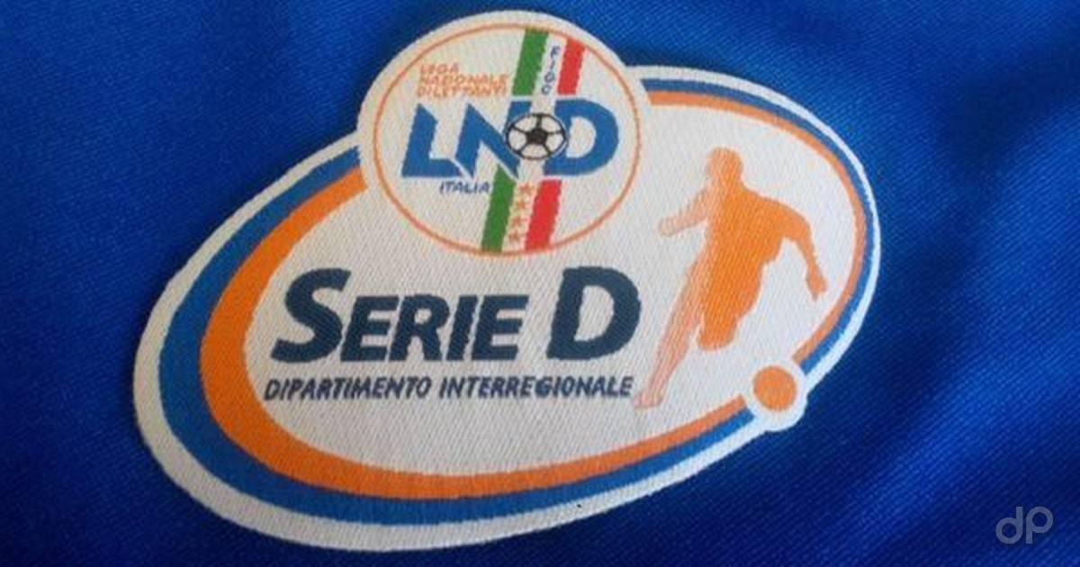 Logo Serie D su sfondo blu di stoffa