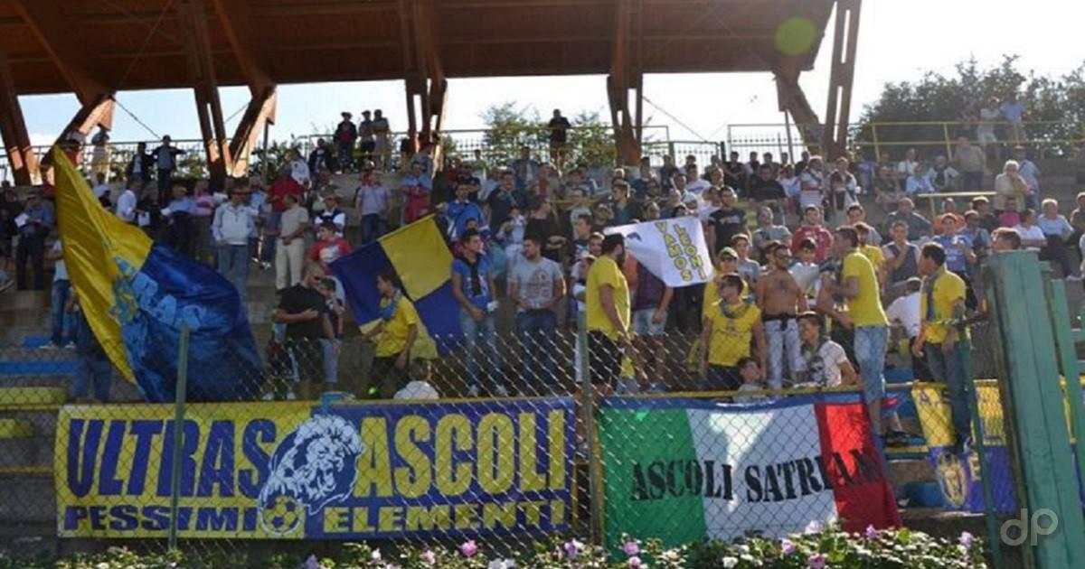 Un gruppo di tifosi dell'Ascoli Satriano sugli spalti