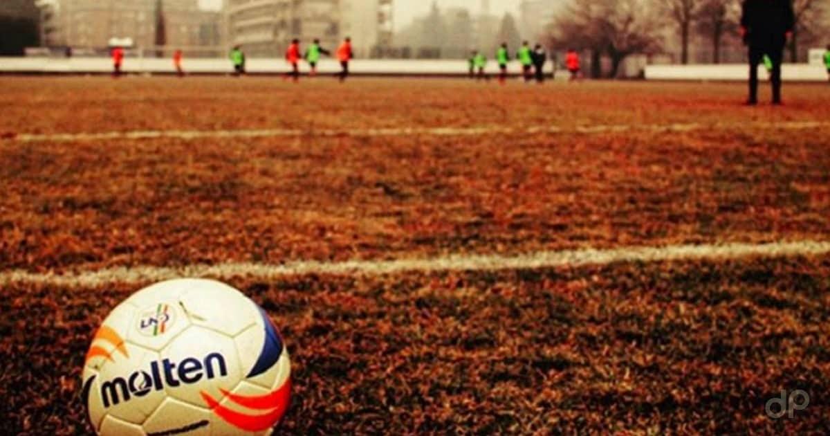 Allenamento in un campo di calcio di periferia