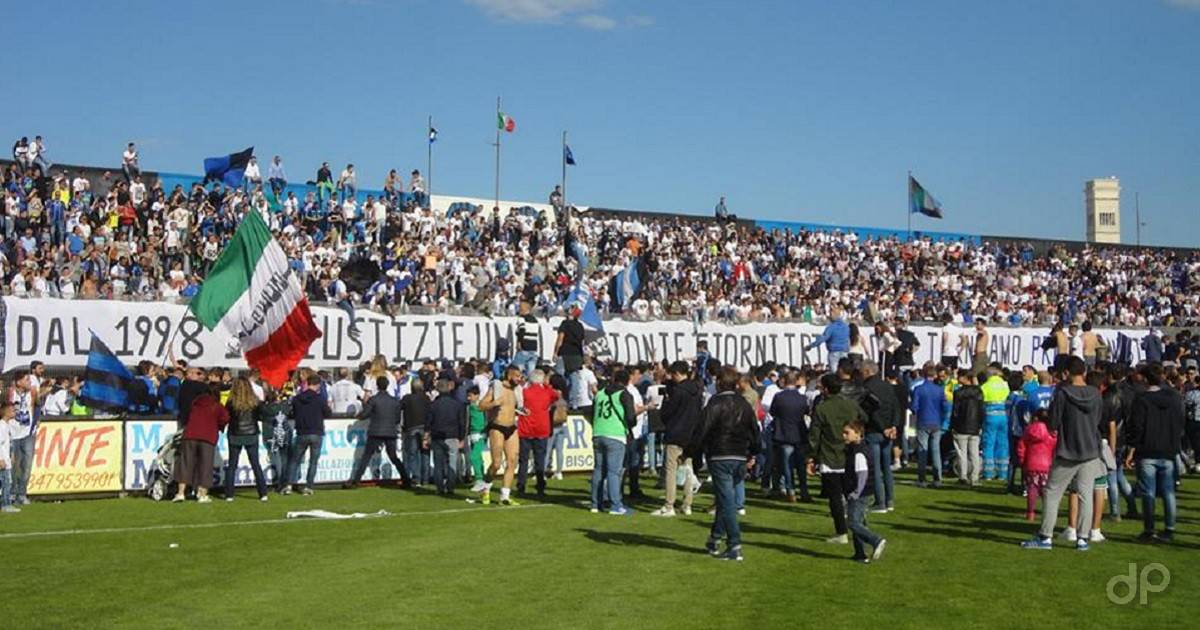 Il Bisceglie festeggia con i propri tifosi la promozione in Lega Pro