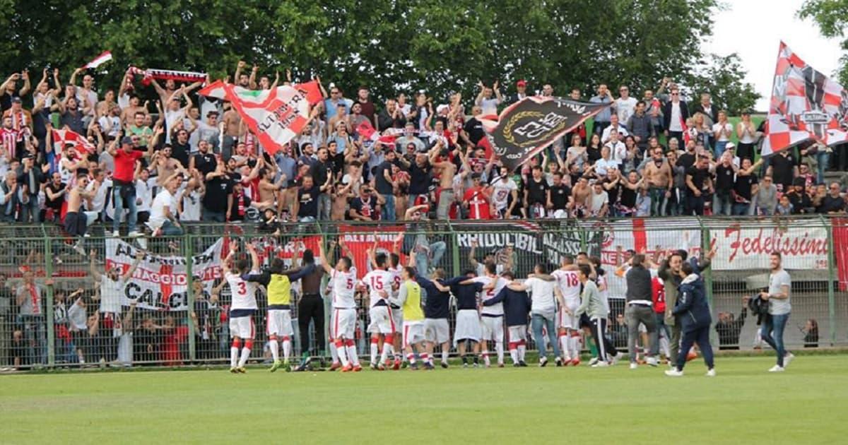 La squadra festeggia con i suoi tifosi l'accesso alla fase nazionale dei playoff di Eccellenza