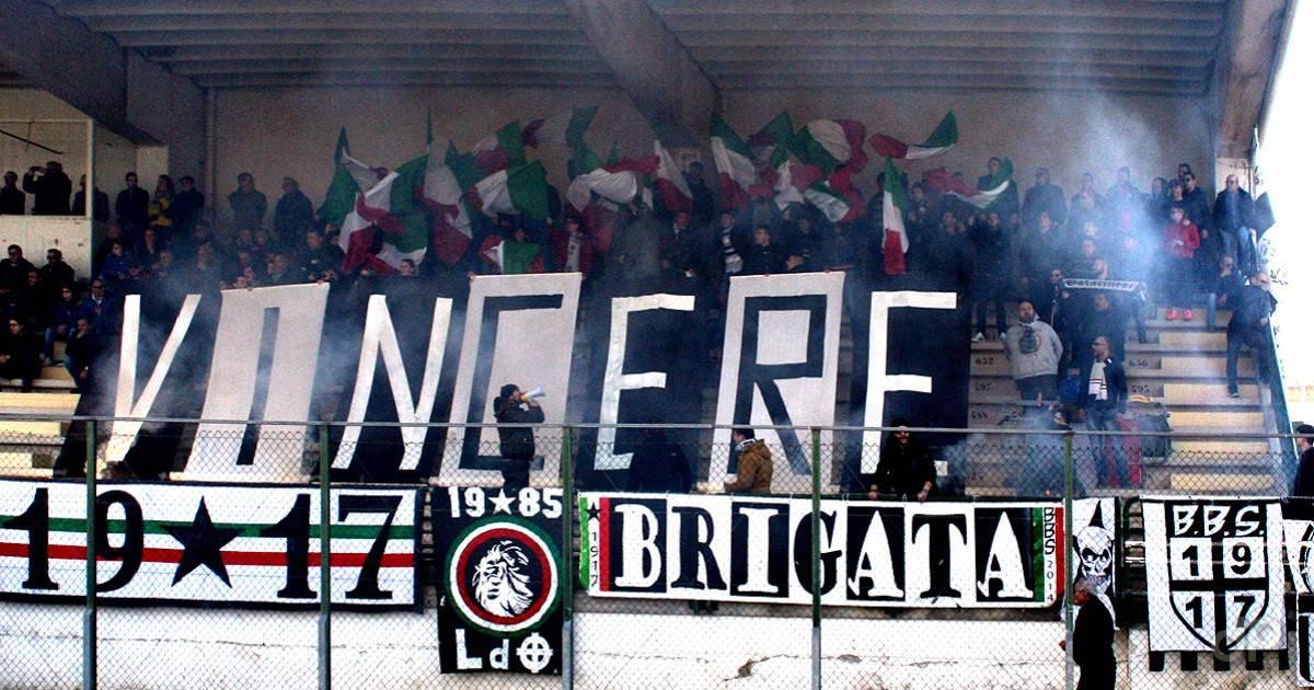Un gruppo di tifosi della Pro Italia Galatina sugli spalti