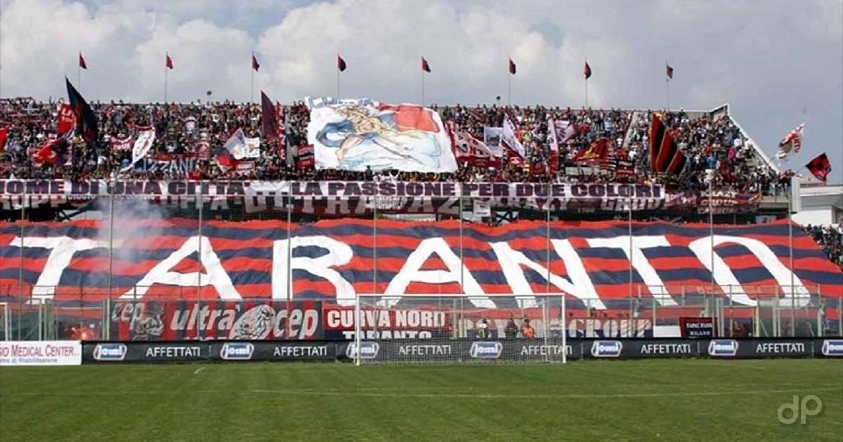 Tifosi del Taranto sugli spalti
