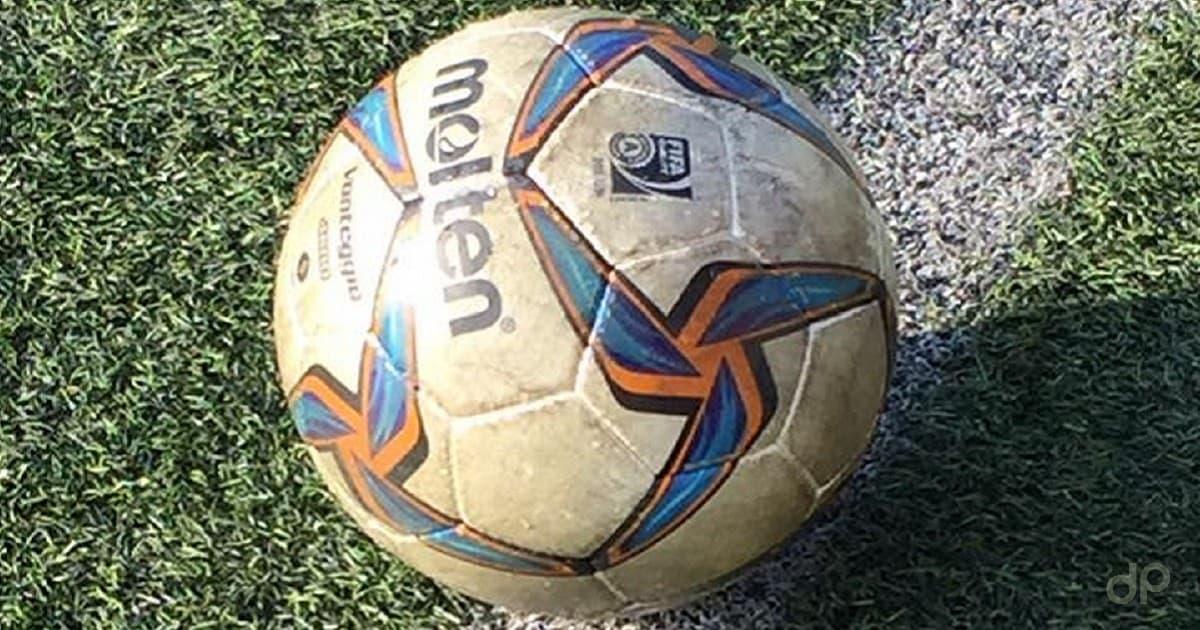 Vecchio pallone LND su campo da calcio in erbetta