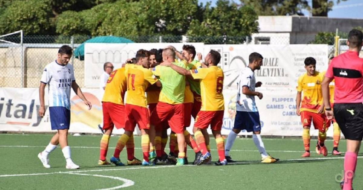L'esultanza del Gallipoli dopo il primo gol di Mingiano contro l'Otranto 2017