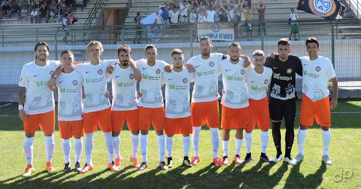 La formazione dell'Omnia Bitonto in campo con il Corato Coppa Italia 2017