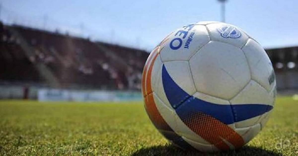 Primo piano di un pallone LND in campo