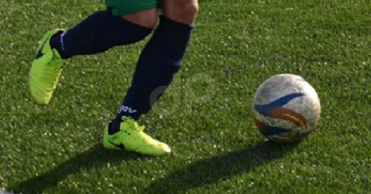 Giocatore calcio dilettantistico con pallone