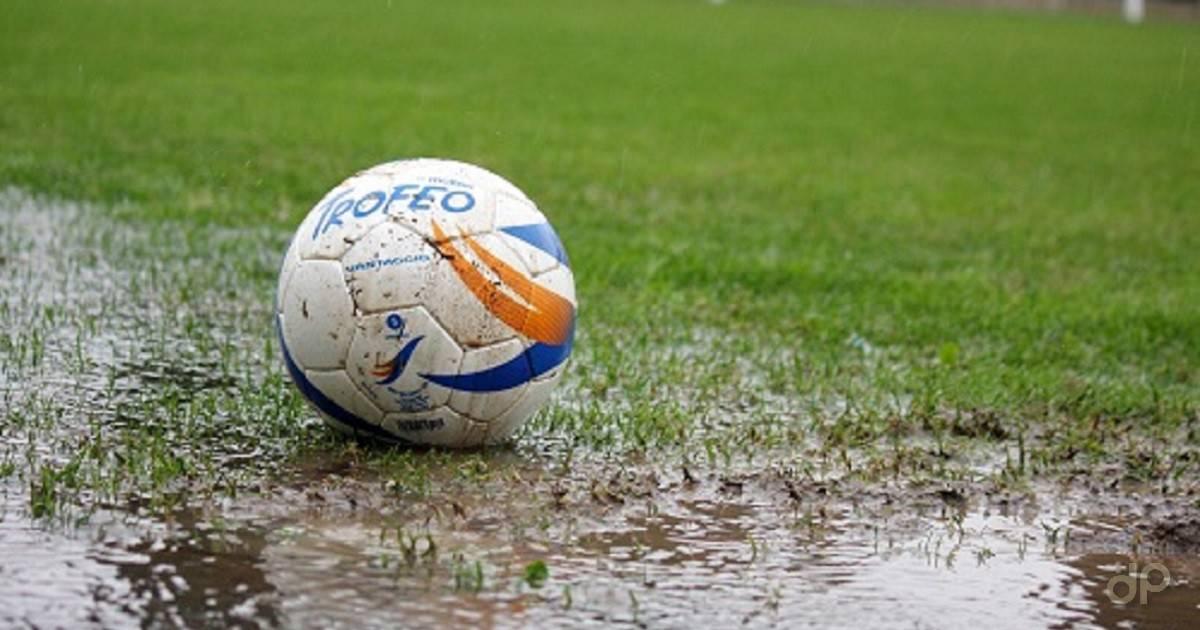 Pallone calcio dilettantistico su campo impraticabile per pioggia