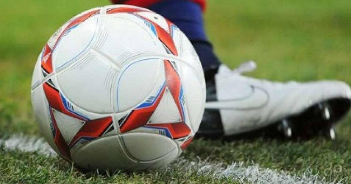 Dettaglio pallone calcio bianco e rosso