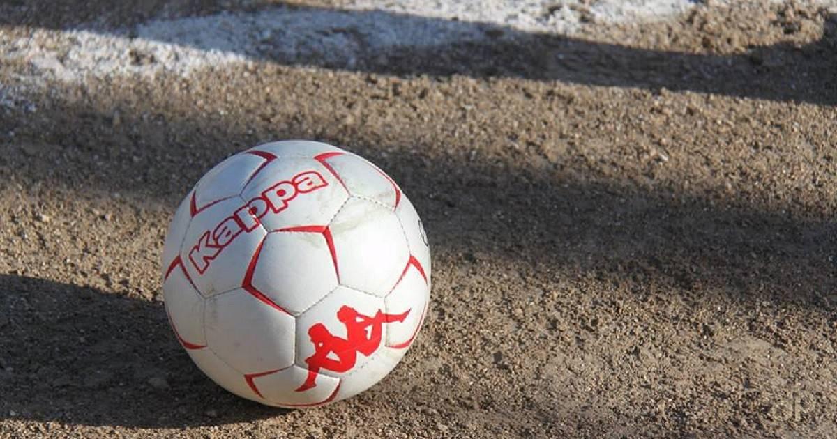 Pallone su campo in terra battuta