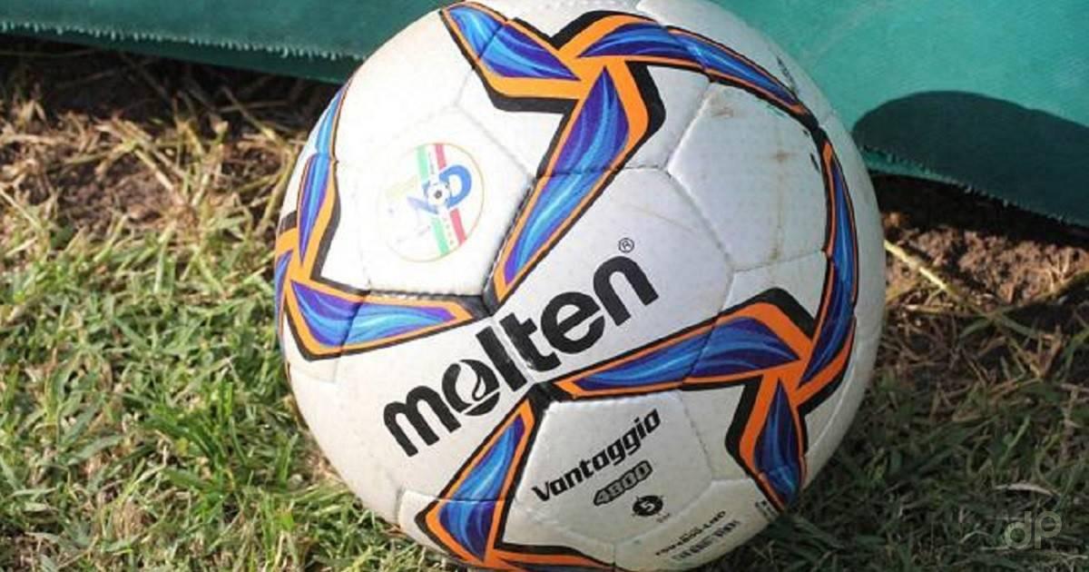 Pallone calcio dilettanti su erba