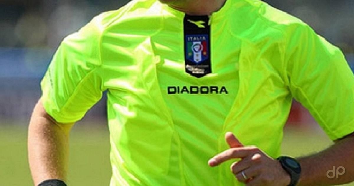 Arbitro maglia gialla in campo