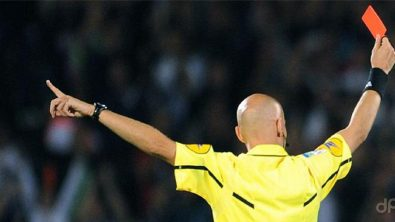 Arbitro di spalle con cartellino rosso