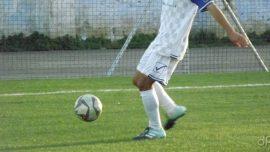 Calciatore dilettante con pallone