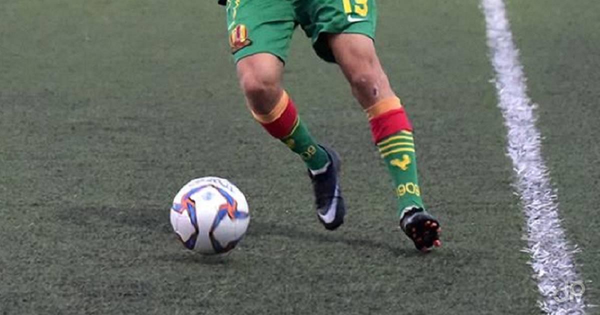 Calciatore pallone calzettoni verdi