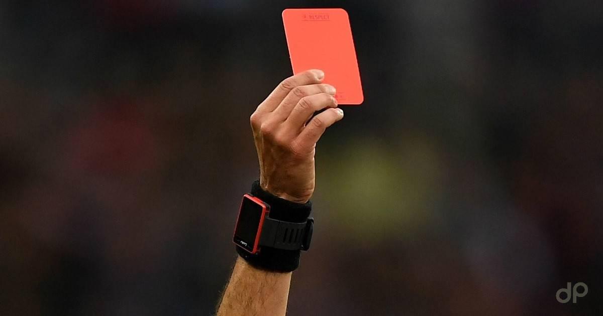 Cartellino rosso arbitro con polsino nero