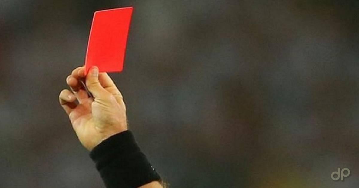 Cartellino rosso arbitro sfondo grigio