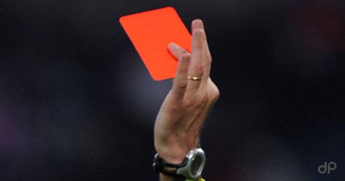 Cartellino rosso arbitro sfondo nero