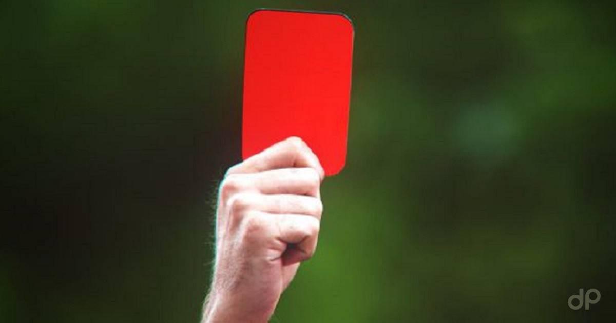 Cartellino rosso arbitro su sfondo verde