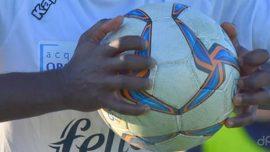 Pallone calcio dilettanti tra le mani
