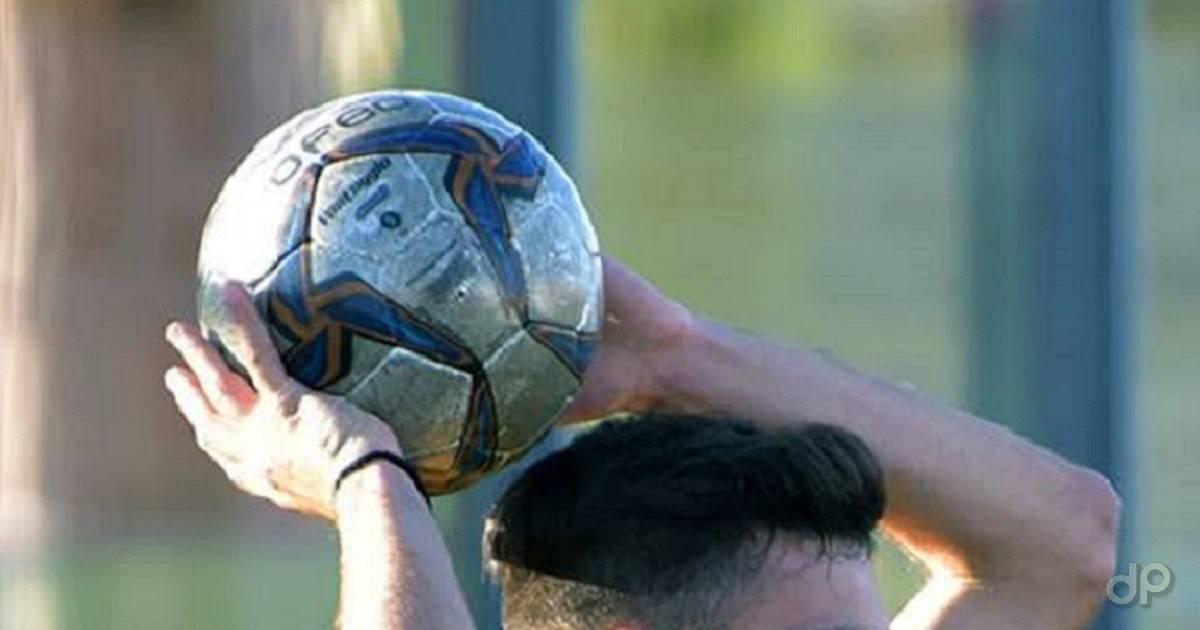 Pallone lnd tra le le mani