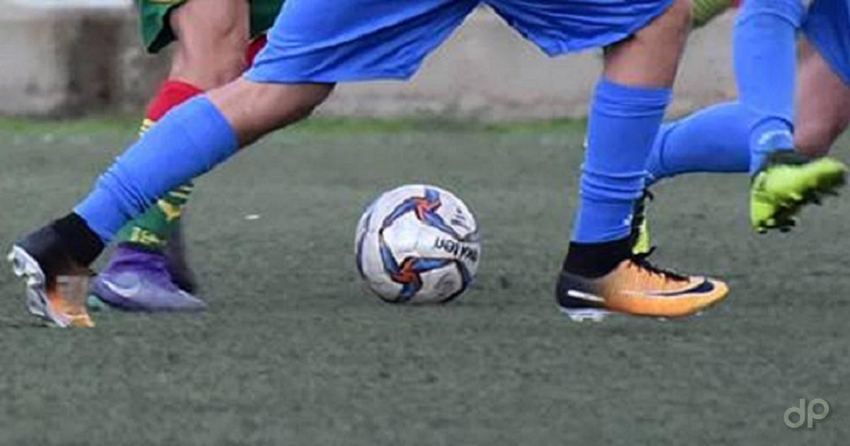 Pallone dilettanti giocatori calzettoni blu