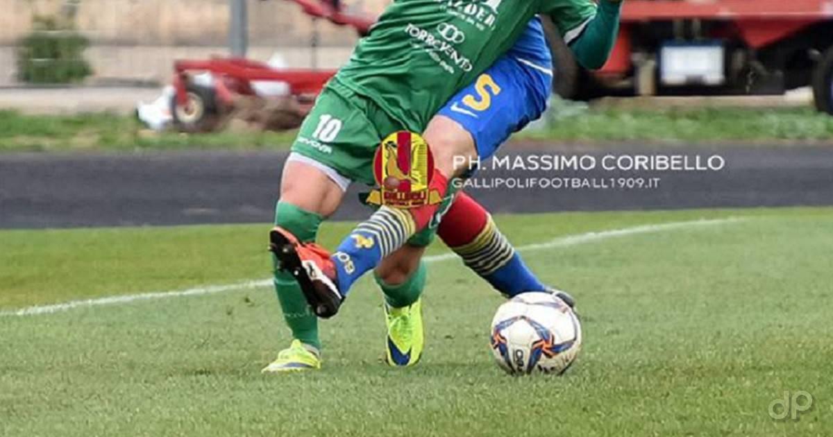 Pallone dilettanti giocatori pantaloni verdi e blu