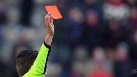 Cartellino rosso arbitro braccio teso