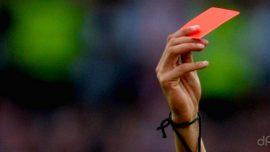 Cartellino rosso arbitro con fischietto al polso