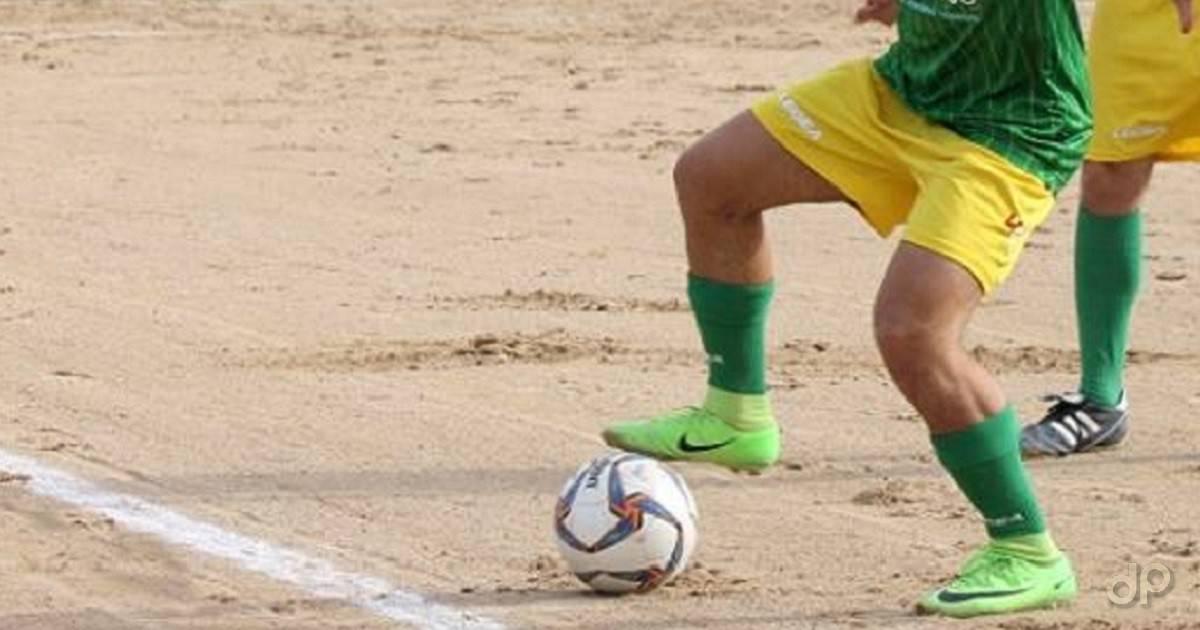 Giocatore gialloverde con pallone
