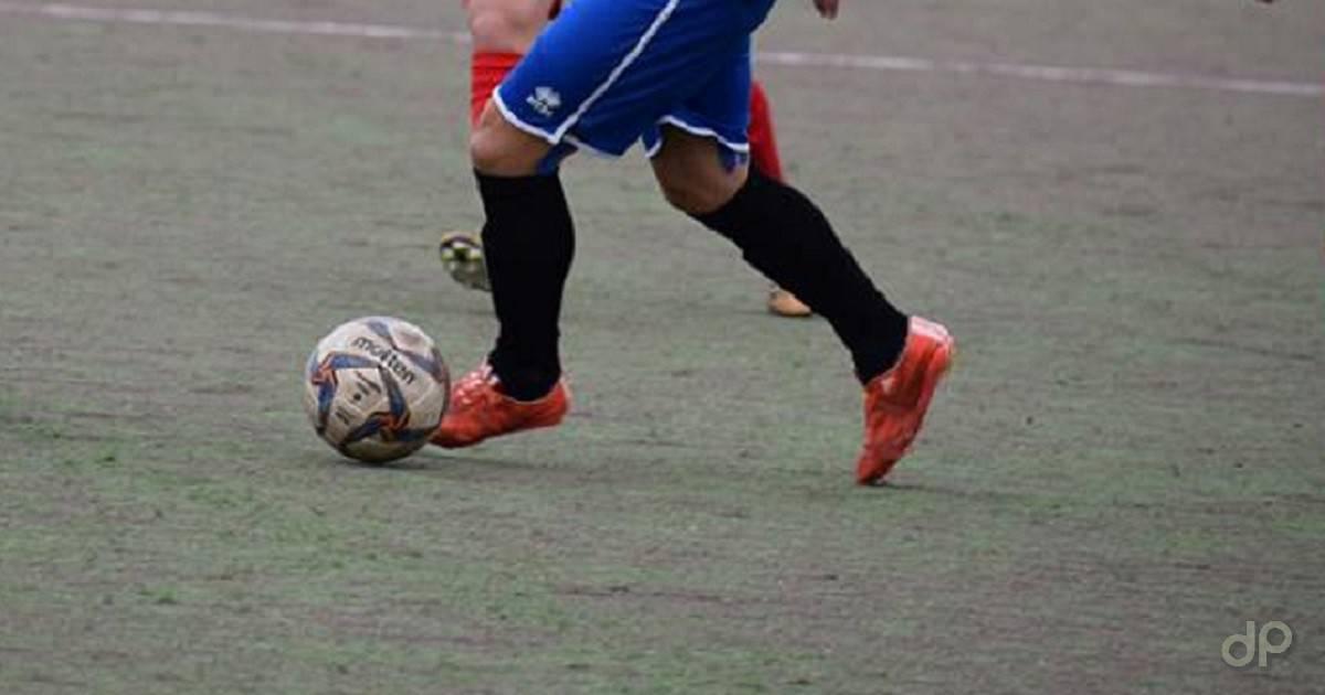 Giocatore pallone pantaloni blu
