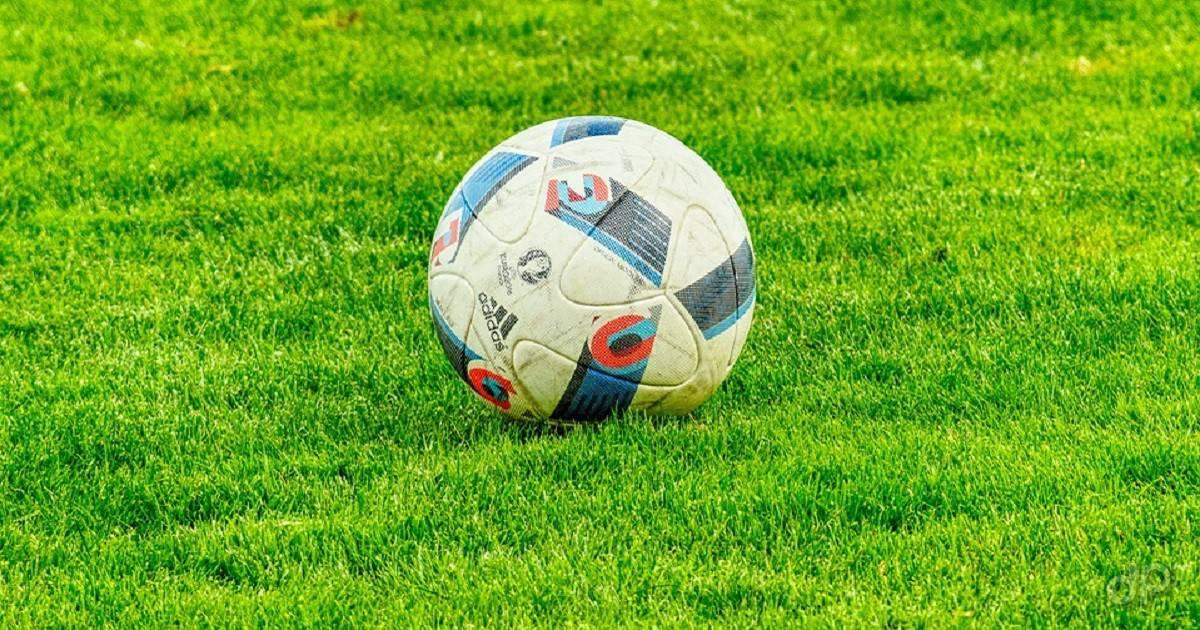 Pallone calcio su campo