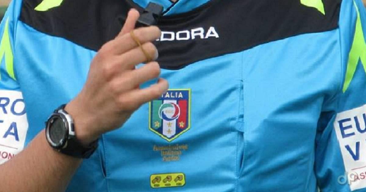 Arbitro maglia azzurra con fischietto